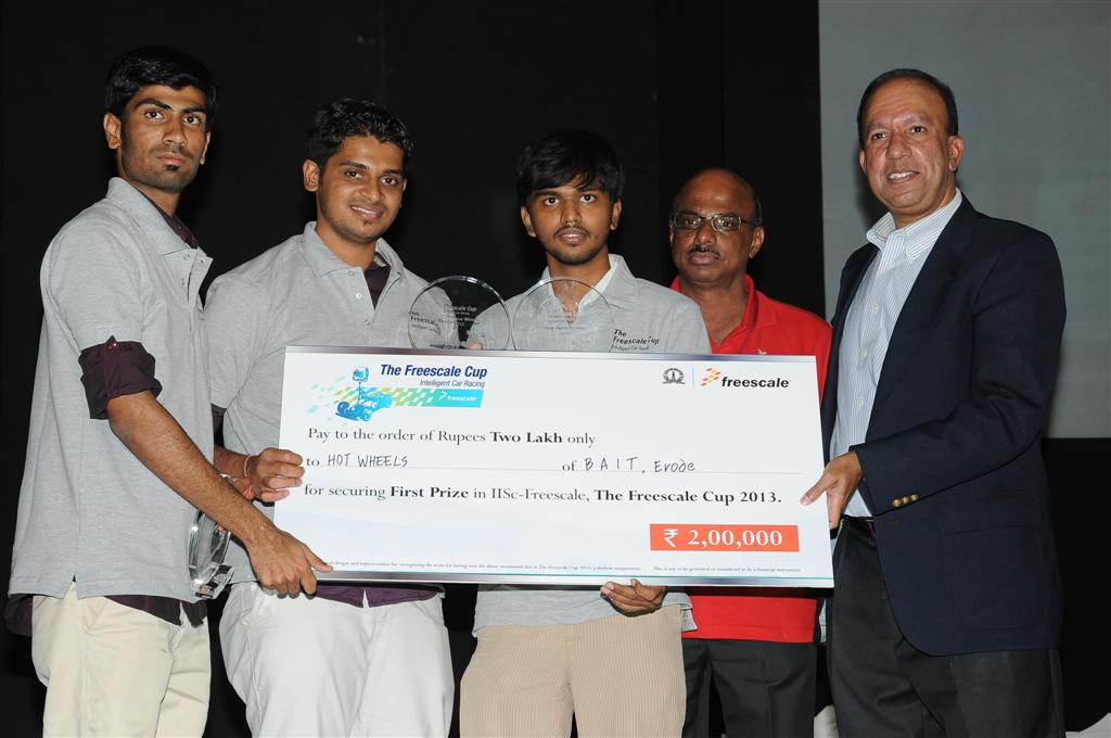 First-Prize-winners-Bannari-Amman-Institute-of-TechnologyErode-with-Mr-K.-Muthukumar-India-University-Relation-Freescale-Semiconductor-India-Pvt.-Ltd.-Large
